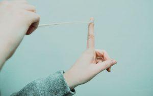 Hænder holder elastik spændt, klar til skud