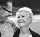 Sort/hvid billede af modent ægtepar