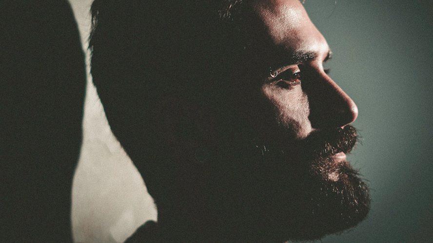Skyggerigt close up af mand med skæg