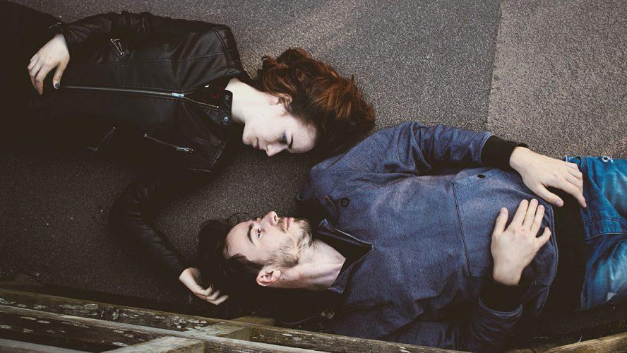 Par liggende ansigt mod ansigt