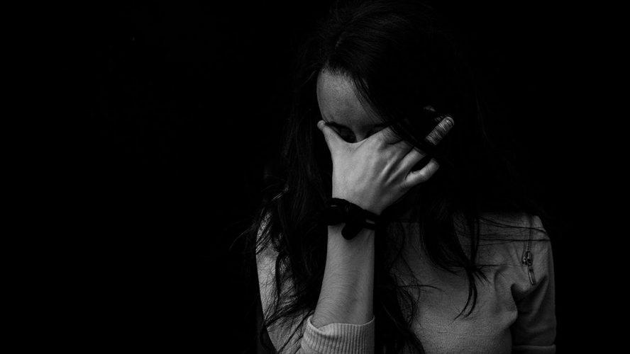Trist unge kvinde i sort hvid