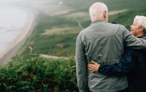 ældre par holder om hinanden