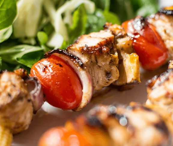 proteinrige kyllingespyd med tomat og løg