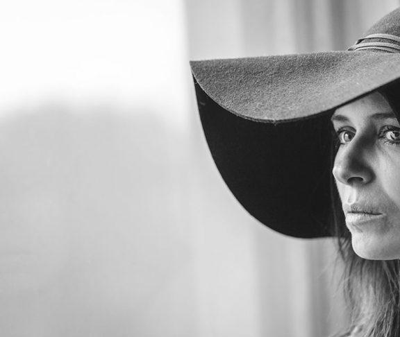 Kira Skov med stor mørk hat