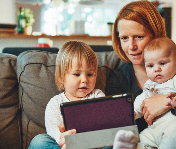 Mor læser for sine to små børn