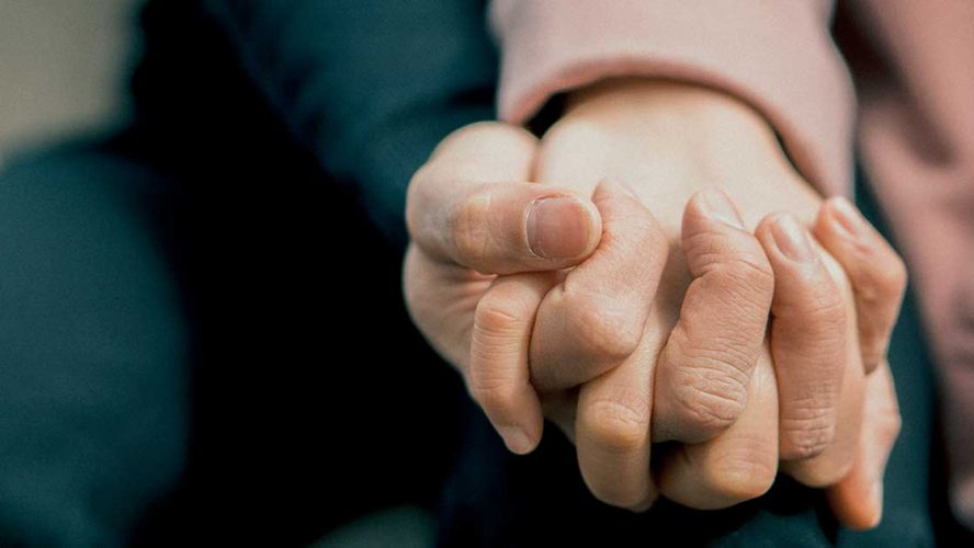 forældre holder barn med autisme i hånden