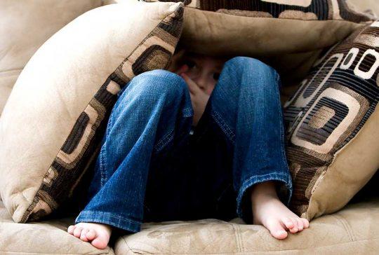 dreng med epilepsi gemmer sig