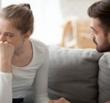 Mand trøster grædende kvinde