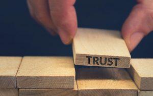 Klodser lægges i bunke - den sidste med ordet 'trust'