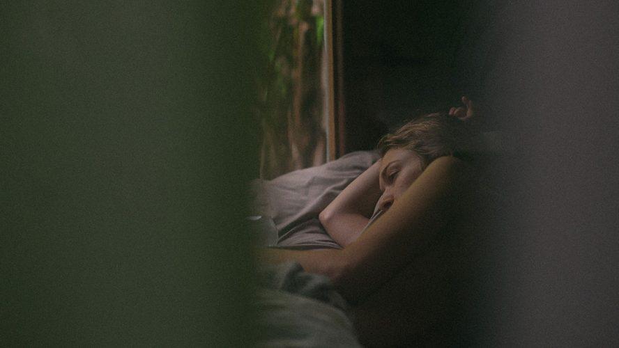 kvinde ligger i seng