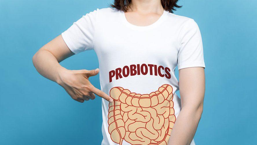 Kvinde peger på sin t-shirt med teksten 'probiotics