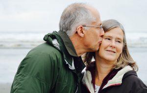 Modent par på strand