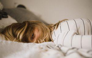 Kvinde ligger i sengen
