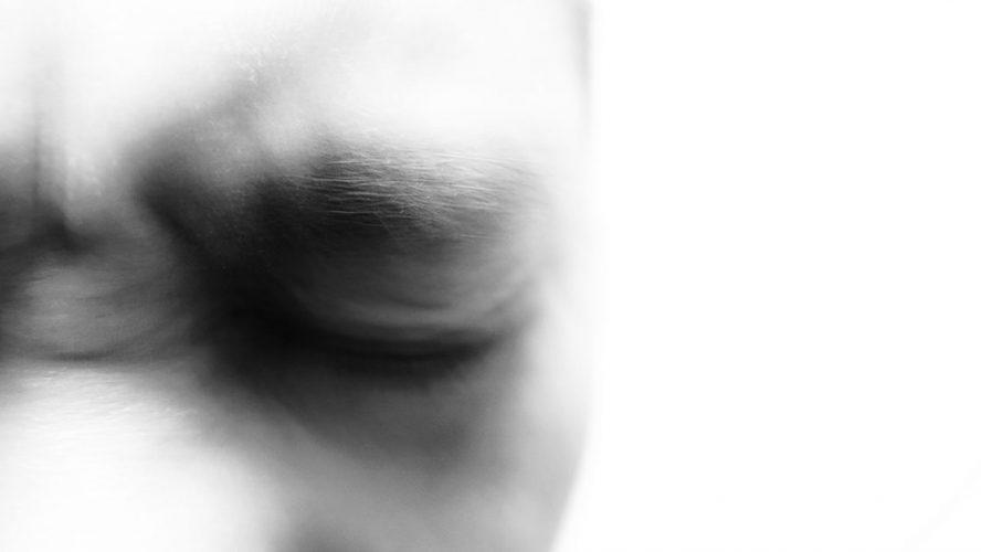 Mand i smerte kniber øjnene sammen