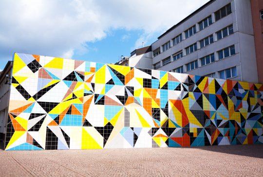 Farbenprächtigen gefliesten Wand hinter K20-Museum in Düsseldorf. Nach der Vorlage von Paul Klee