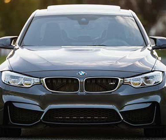 En BMW.
