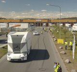En självkörande lastbil i ett industriområde.