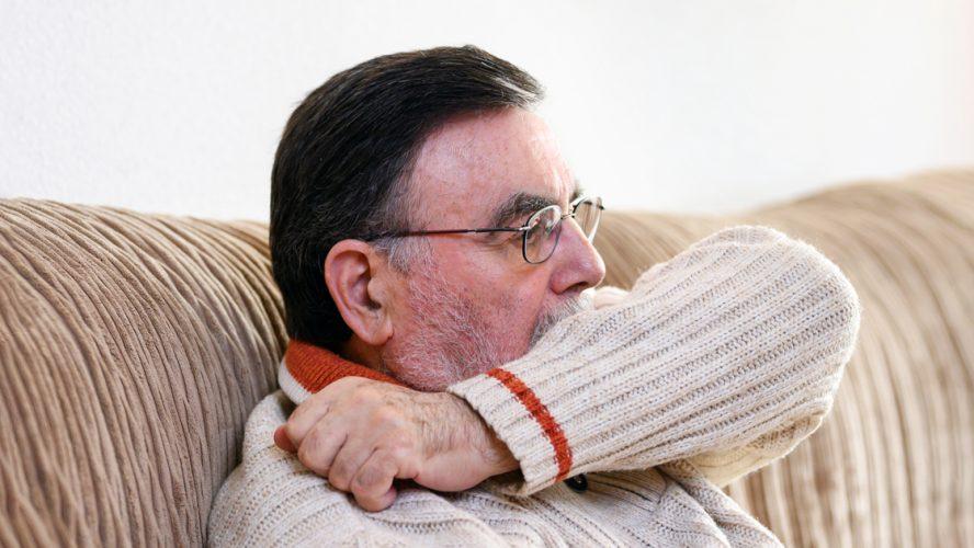 Vuosia tupakoinut keuhkosyöpään sairastunut mies yskii