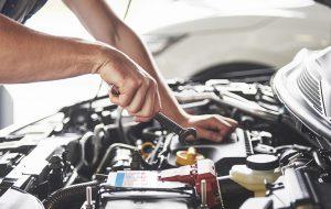 Mechanicus werkt aan auto met open motorkap