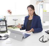 Dokter met tablet in kantoor