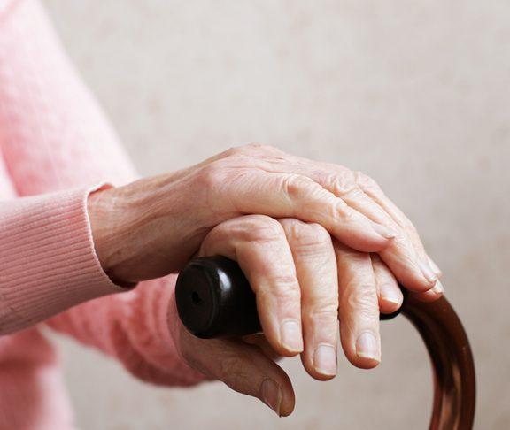 Oude vrouw met wandelstok