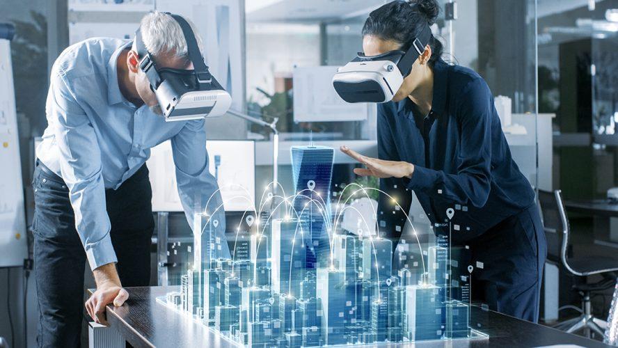 Twee personen met VR-brillen kijken naar digitale projectie van een stad