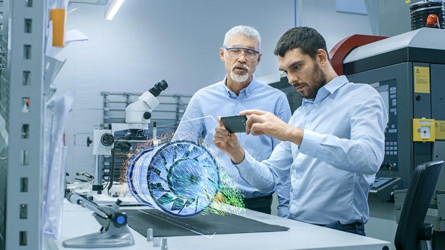 Twee engineers werken met behulp van augmented reality aan een project