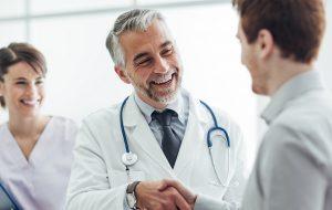 Arts schudt patiënt de hand