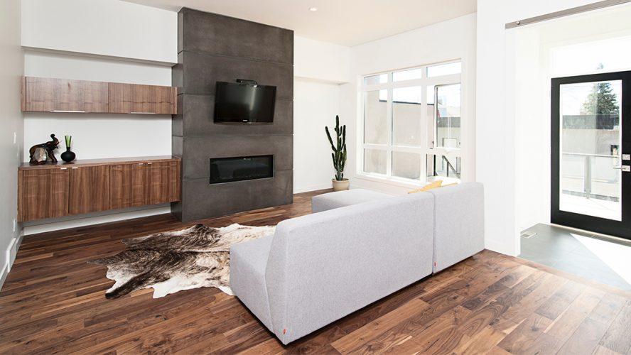 Stijlvol ingerichte woonkamer met bank, kast flatscreen-tv en houten vloer