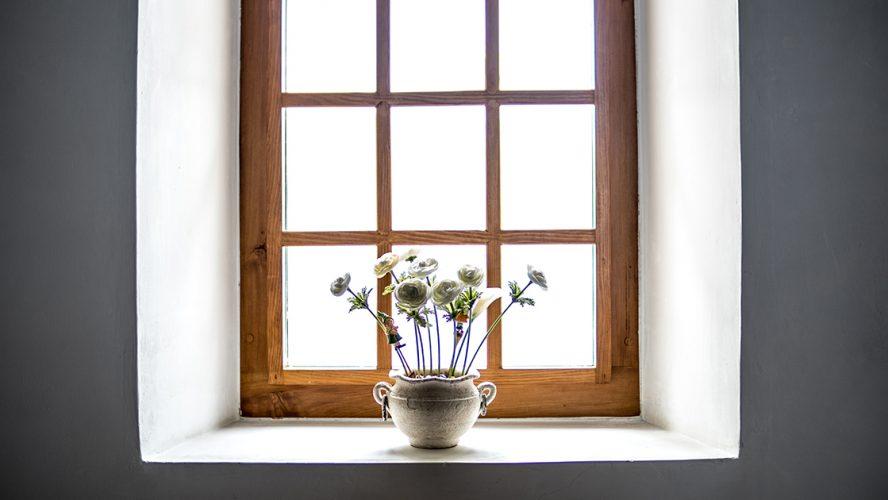 Rustiek houten raam met bloemen op de vensterbank