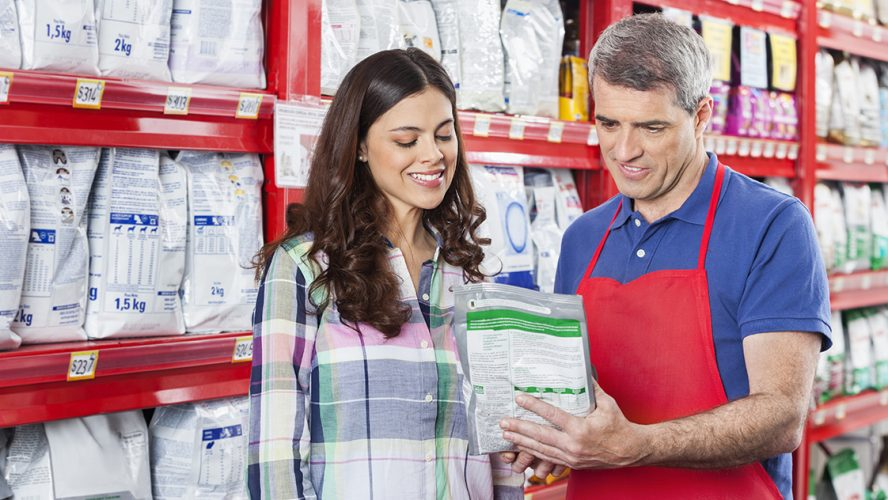 Man en vrouw vrouw bekijken etiket diervoer