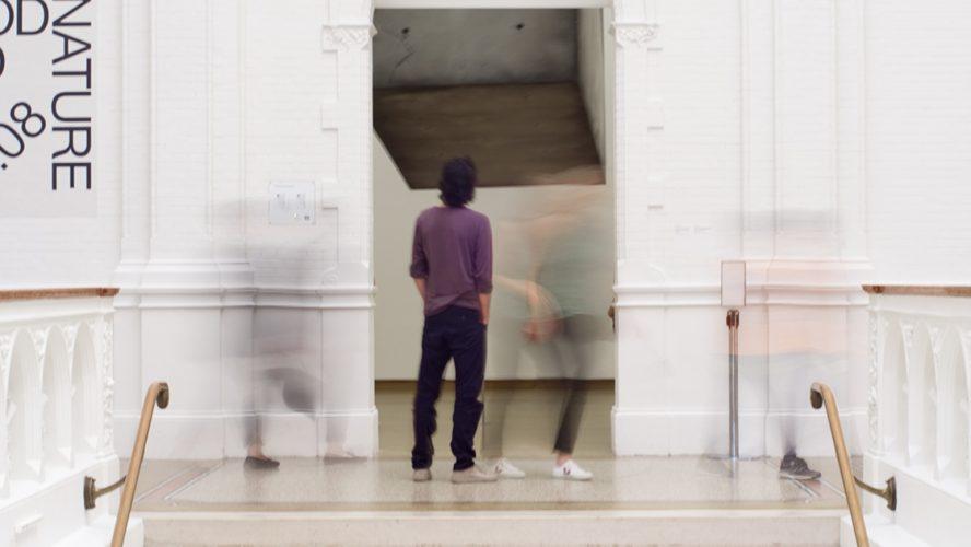 Man staat in museum