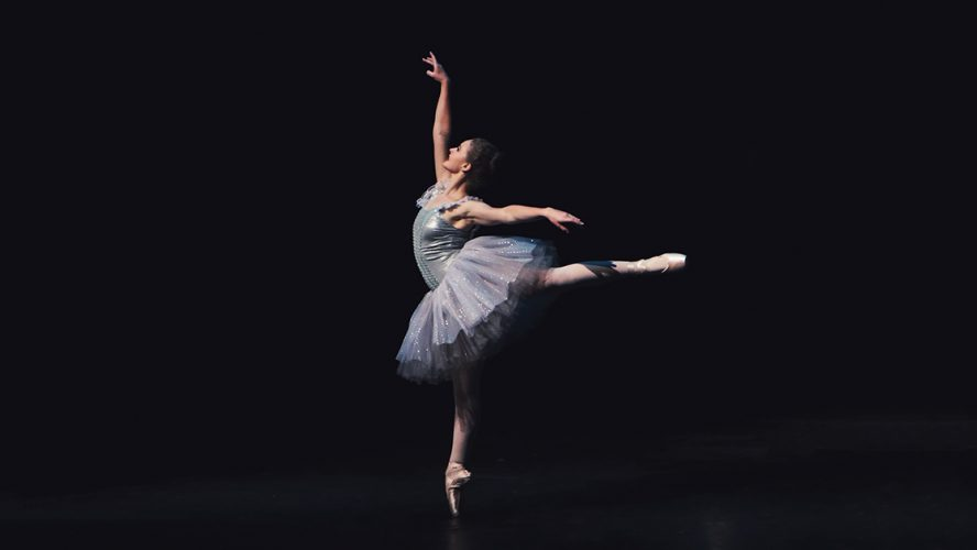 Ballerina op donker podium