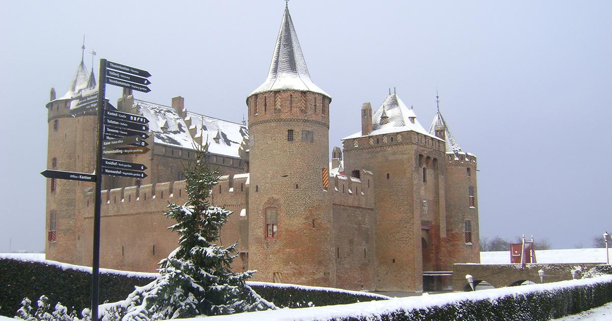 Muiderslot tijdens de wintermaanden: sneeuw op de torens en kantelen.