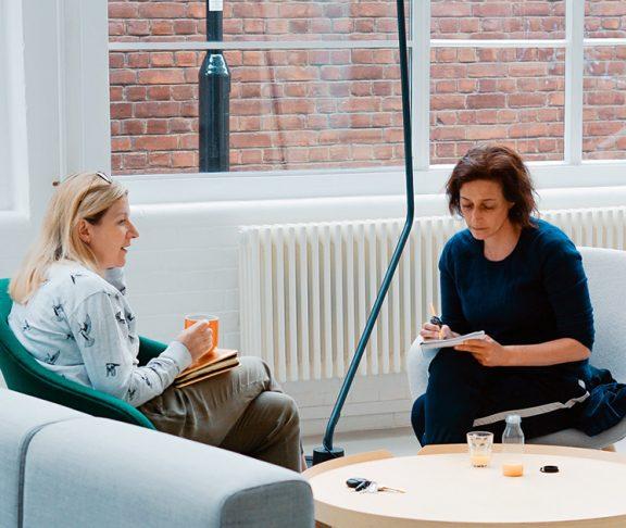 Twee professionals in een meeting.