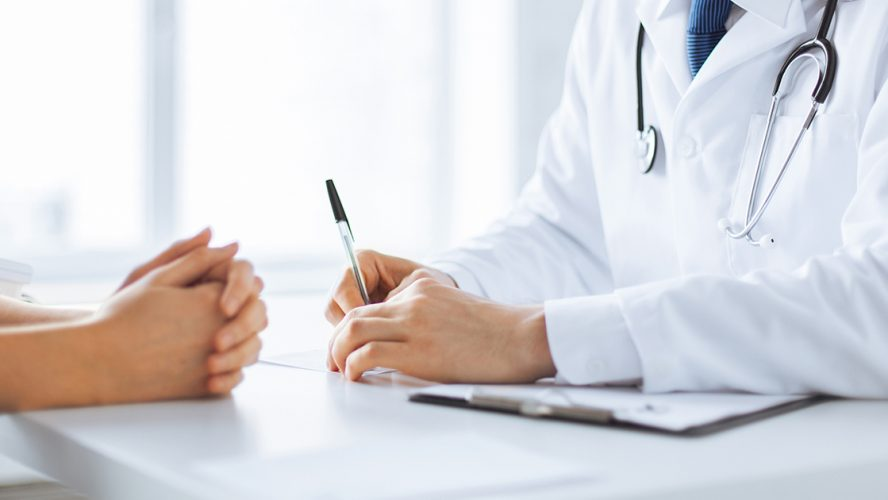 Close-upfoto van consult: dokter praat met patiënt