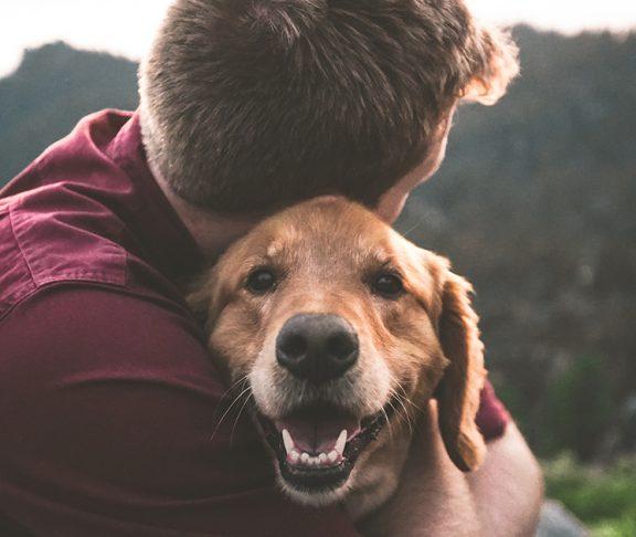 Man knuffelt zijn hond