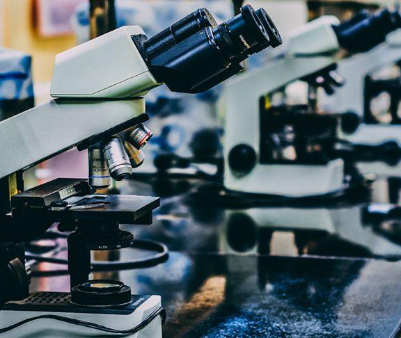 Selectieve focus van microscopen op een tafel in laboratorium.