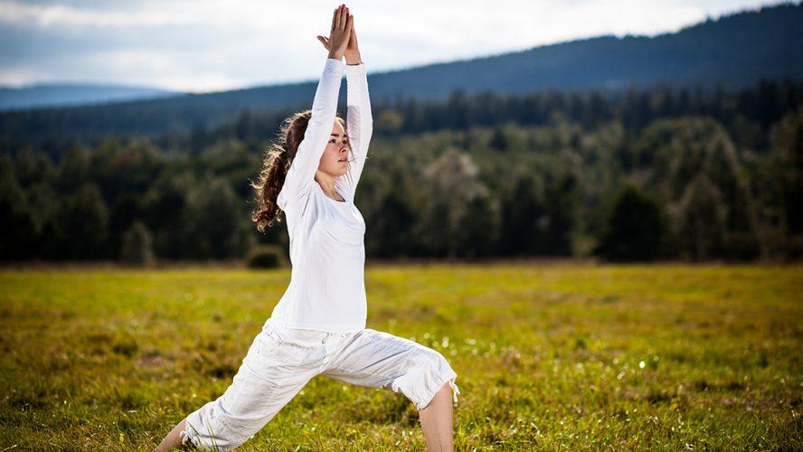 Yogapose op een groene heuvel