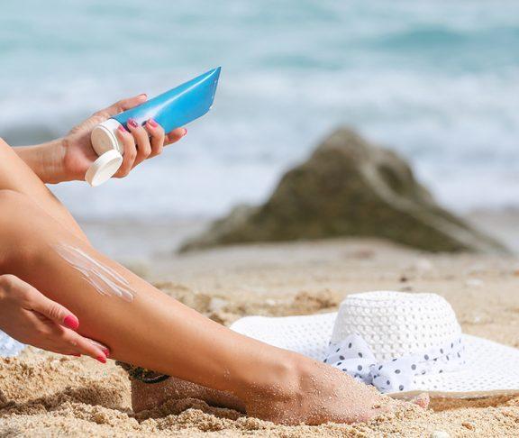 Zonnebrand smeren op het strand