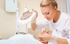Huidtherapeut behandelt huid van patiënt