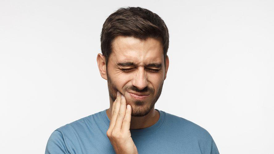 Man met pijnlijke mond