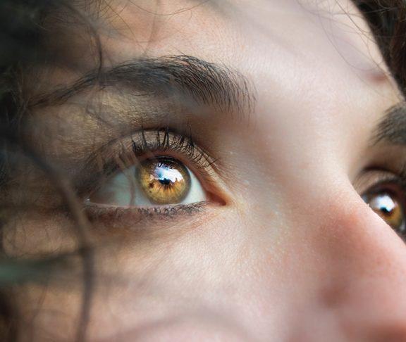 Close-upfoto van aangezicht jonge vrouw.