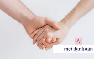 Close-upfoto van twee mensen die handen vasthouden
