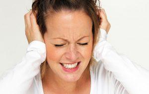 Jonge vrouw met migraine