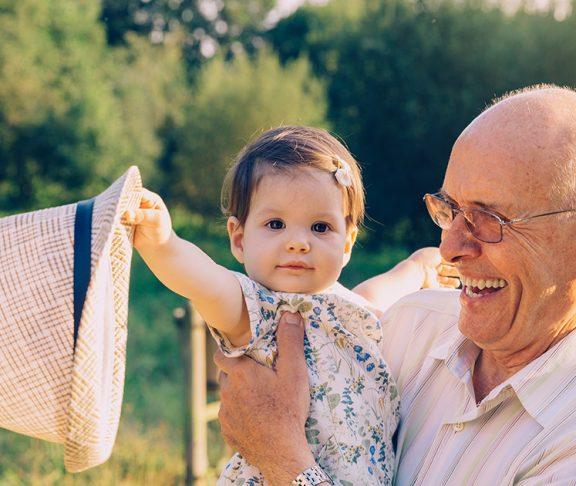 Grootouder met kind.