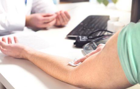 Man doet bloedtest bij dokter