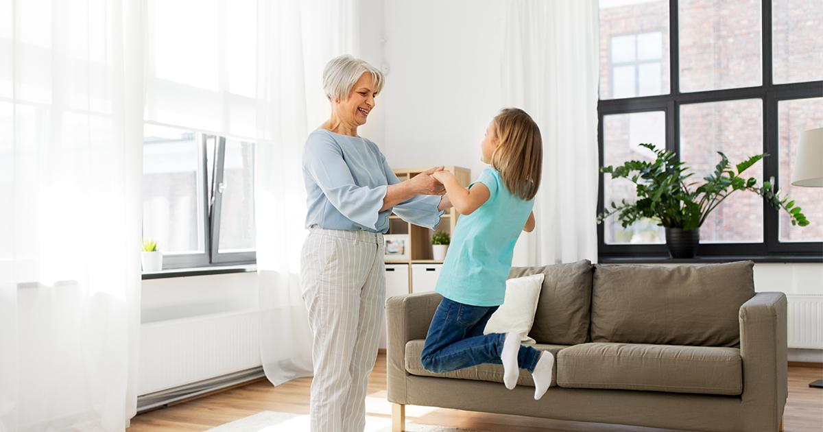 Grootmoeder met kleinkind in woonkamer