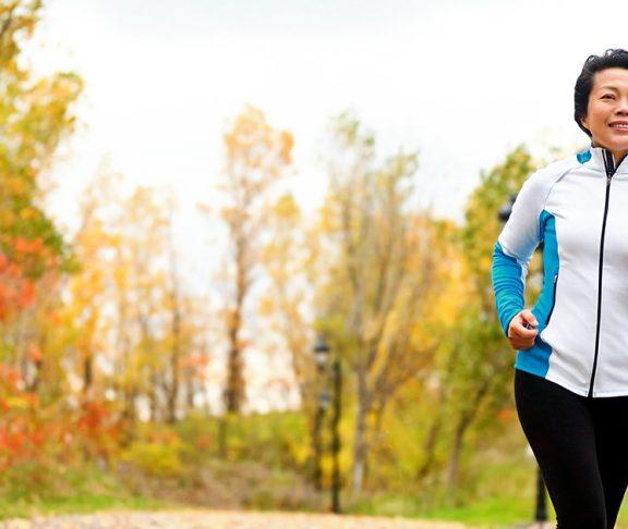 Vrouw van middelbare leeftijd is aan het hardlopen