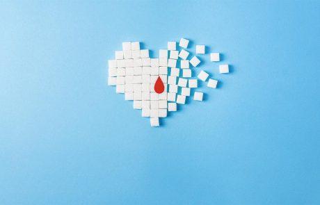 Suikerklontjes geordend in vorm van een hart met bloeddruppel.